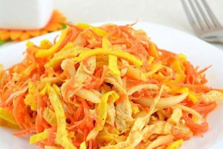 Морковный салат с омлетом и курицей