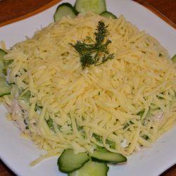 Салат с курицей, огурцом и сыром: полезный рецепт